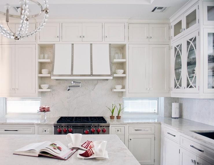 Kitchen Hood Between Glass Cabinets Design Ideas