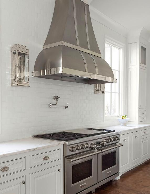 Merveilleux Dark Steel Kitchen Range Hood With White Beveled Subway Tiles