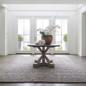 Merveilleux Round Trestle Entry Table With Gray Jute Rug