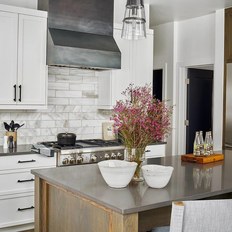 Charmant Brown Oak Island With Charcoal Gray Quartz Countertop