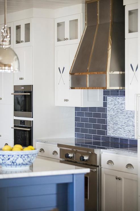 Superbe Nautical Style Kitchen With Blue Island